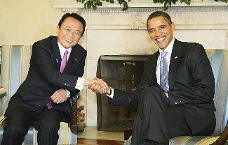 日米首脳会談・笑顔で握手を交わすオバマ米大統領と麻生首相