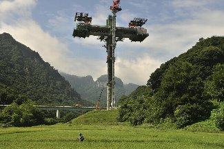 題名「ダム湖に架かる十字架」