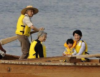 題名「葉山で和船をこがれる天皇陛下」