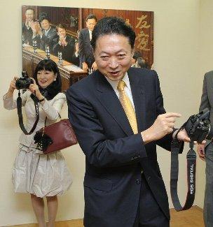題名「鳩山首相が即席カメラマンに」