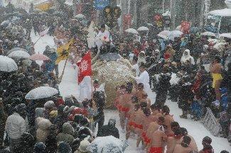 題名「大雪の中で『大俵引き』」