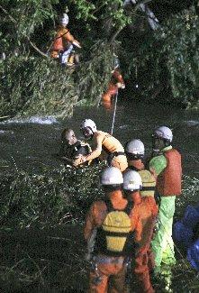 大雨増水2人救助