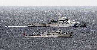 緊迫の尖閣沖 海保巡視船、中国漁業監視船にピタリ