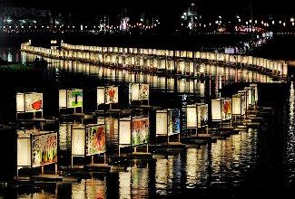 川面を照らす巨大な灯籠