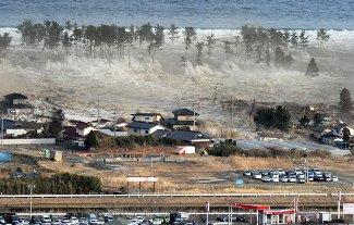 家屋をのみ込む大津波