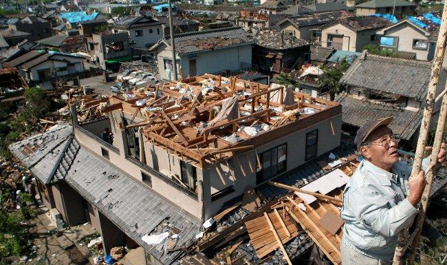 竜巻で屋根が吹き飛ばされた住宅