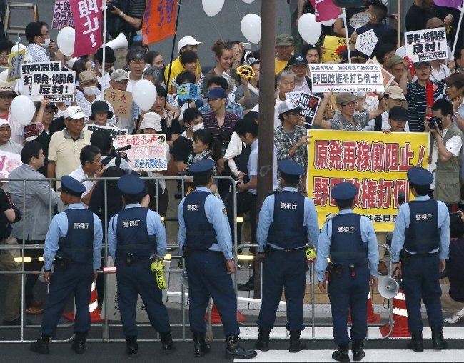 官邸前厳戒、反原発デモ