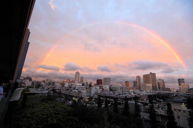 夕暮れの都心に二重の虹