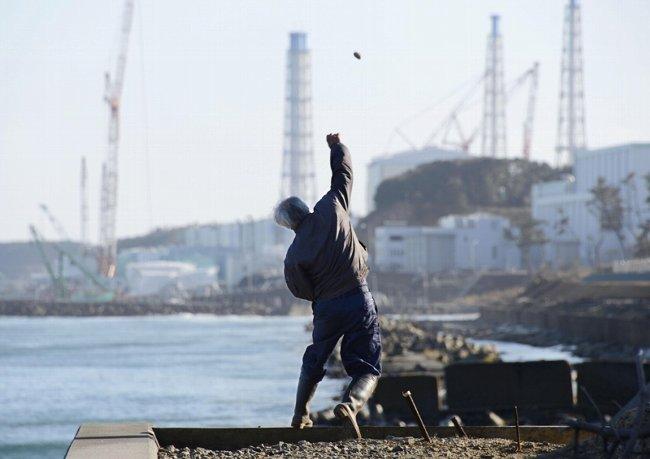 原発に石を投げる松村さん