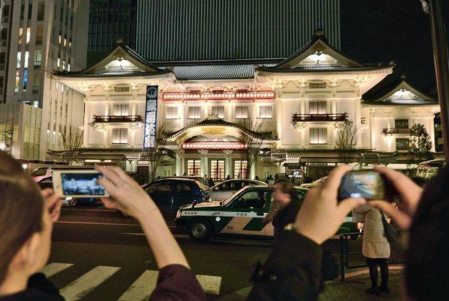 歌舞伎座 LED照明でライトアップ