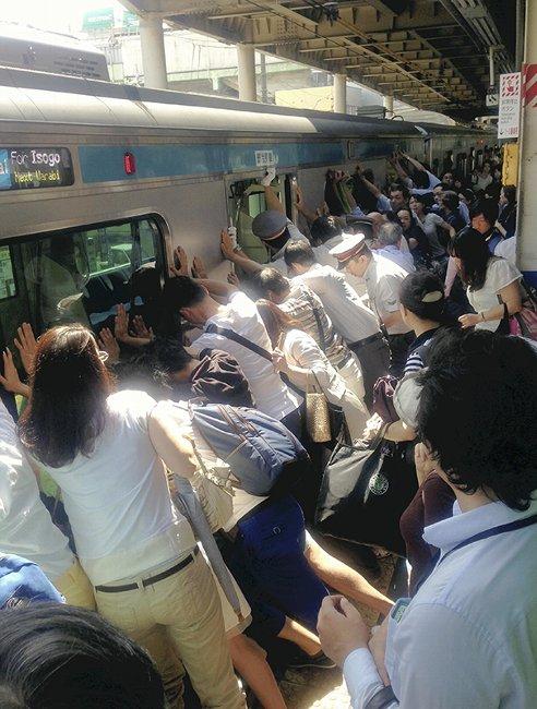 電車押し、女性救出