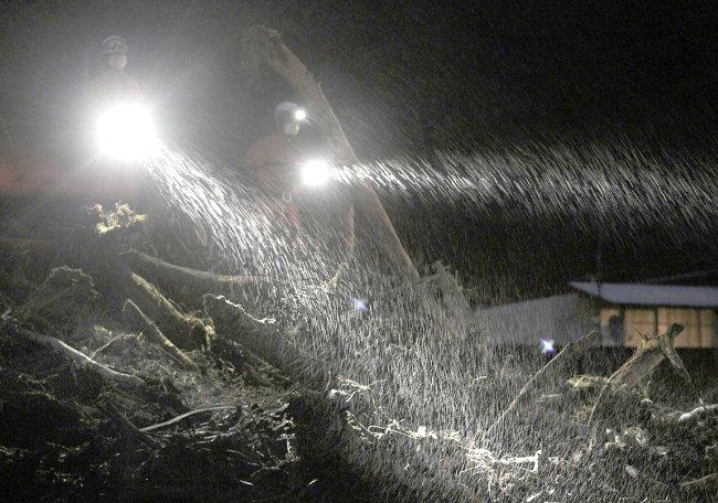 夜の雨中捜索
