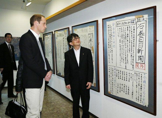 壁新聞を見るウィリアム王子